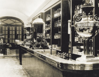 1905 - Ideální začátek prvním kávovarem Espresso.